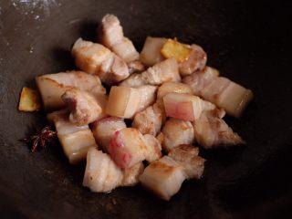 【再添一碗饭】の土豆炖猪肉,放入肉块,翻炒均匀