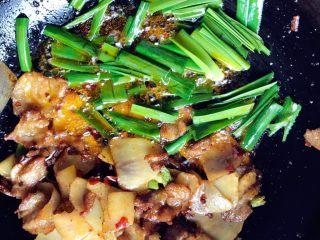 土豆回锅肉,要起锅了再加蒜苗叶,味精,翻炒香