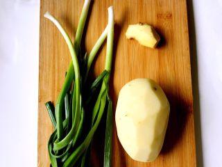 土豆回锅肉,土豆去皮,蒜苗洗净,姜去皮