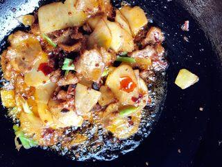 土豆回锅肉,土豆片炒熟,加蒜苗头和姜片翻炒出香,加盐。