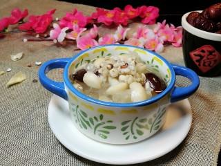 清补凉糖水,盛碗上桌,可温食,也可冷食。