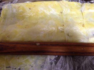 土豆沙拉卷,微好的土豆装入食品袋用擀面杖擀成土豆泥