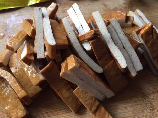 青椒炒豆腐干,豆腐干,切成条状;