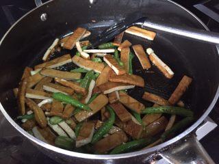青椒炒豆腐干,搅拌均匀;