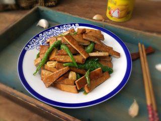 青椒炒豆腐干,出锅,装盘;