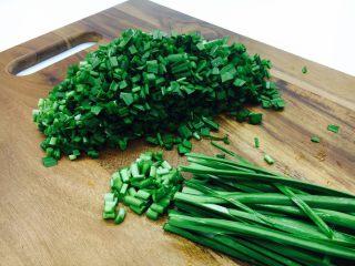 韭菜小圆子,把韭菜切成5mm的小粒