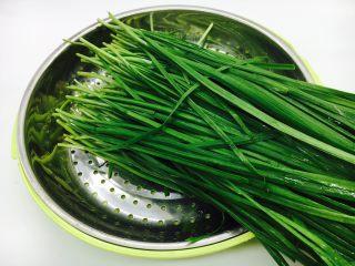 韭菜小圆子,把摘好的韭菜放入淡碱水里浸泡20分钟,清洗干净,沥干水分备用。