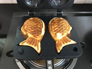红豆沙鲷鱼烧,加热1分钟左右后翻面。直至两面都上色即可。