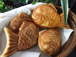 红豆沙鲷鱼烧,烤好后脱模。