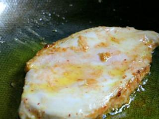 香煎嫩鸡胸,煎好一面再煎另一面,煎熟后即可出锅~