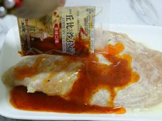 香煎嫩鸡胸,15分钟后,将香辣口味的酱料倒入~
