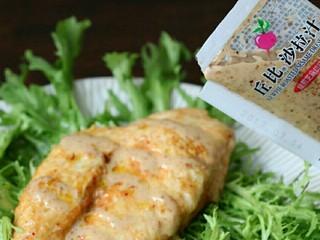 香煎嫩鸡胸,装盘后,淋上另一包沙拉汁,即可食用啦~快说是不是超级简单,别犯懒啦,赶紧做起来~