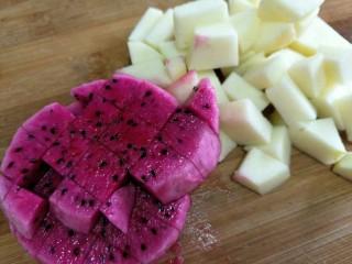 汤圆水果玉米羹,水火龙果和苹果切成大小匀称的小块备用~