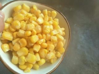 汤圆水果玉米羹,玉米粒煮沸