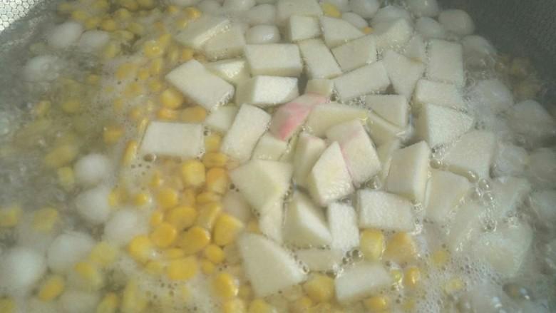 汤圆水果玉米羹,再依次放入水果