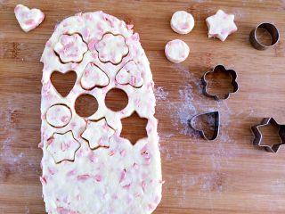 火腿肠咸司康,面团取出擀成薄片,对折。在擀成薄片。取模具做出喜欢的图形