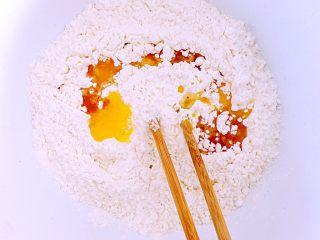 火腿肠咸司康,黄油倒入过筛后的混合面粉中。搅拌