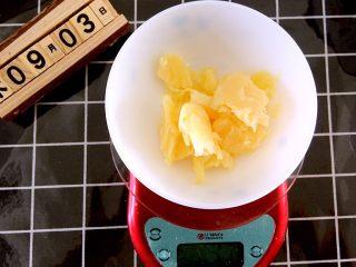 火腿肠咸司康,准备好黄油,隔水融化
