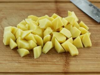 香辣孜然土豆块,土豆去皮切成适量大小的滚刀块