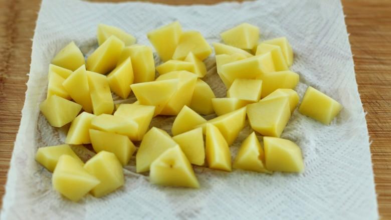 香辣孜然土豆块,用清水冲洗掉表面淀粉,放到厨房纸上吸干水分