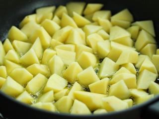 香辣孜然土豆块,锅中放入比平时炒菜多一些的食用油,烧热后放入土豆块