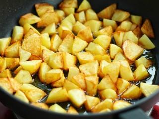 香辣孜然土豆块,小火煎至土豆块变成焦黄色盛出