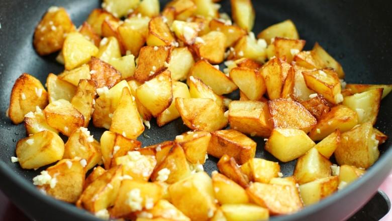 香辣孜然土豆块,再放入土豆块翻炒均匀