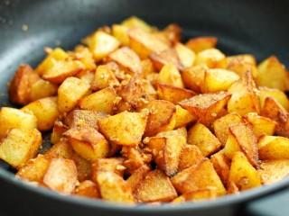香辣孜然土豆块,翻炒均匀