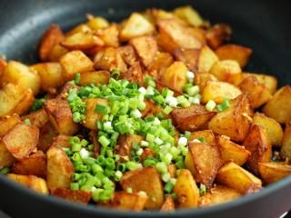 香辣孜然土豆块,最后放入葱花炒匀后关火即可