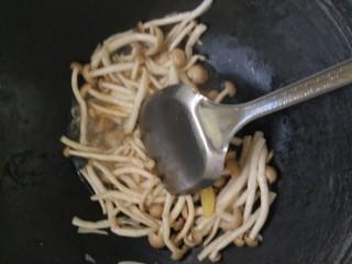 白玉菇炒肉,下菇,菇里有水,就没加水,加盐,生抽,耗油