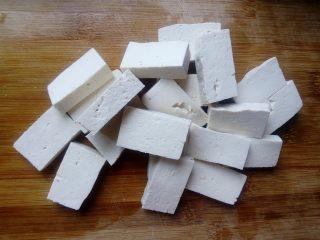 菌茹烩豆腐,豆腐洗净切成大小合适的块。