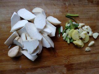 菌茹烩豆腐,杏鲍菇切滚刀块式片状,葱姜蒜切片。