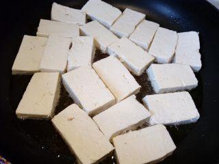 菌茹烩豆腐,锅内倒油,慢慢放入豆腐,不要叠放。