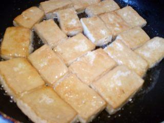 菌茹烩豆腐,一面全部煎黄后,翻面再煎到金黄。