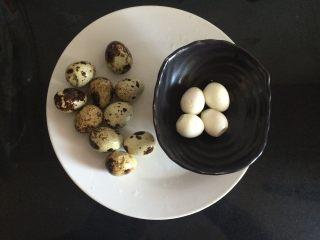 糖醋虎皮鹌鹑蛋,鹌鹑蛋剥去皮,备用
