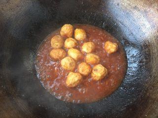 糖醋虎皮鹌鹑蛋,放入炸好的鹌鹑蛋,翻炒至每一颗都裹上酱汁