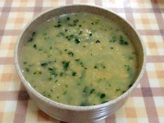 胡萝卜莲藕排骨疙瘩面  宝宝辅食10M+,挤完后开大火煮两分钟,然后加入青菜沫在煮半分钟就可以吃啦