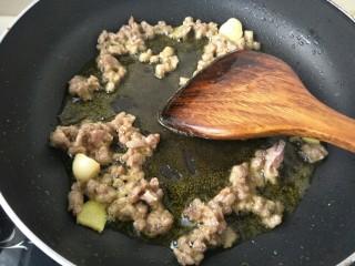 肉末茄子,肉末炒香