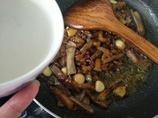 肉末茄子,等茄子变软,上色之后加入少量的热水。