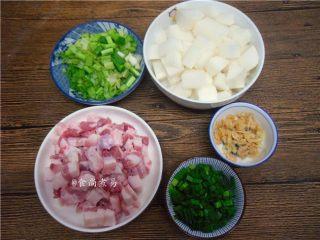 五花肉虾米萝卜焖饭,所有配菜洗净切粒,萝卜要记得去皮