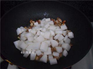 五花肉虾米萝卜焖饭,倒进萝卜翻炒均匀