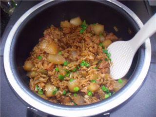 五花肉虾米萝卜焖饭,搅拌均匀即可吃饭