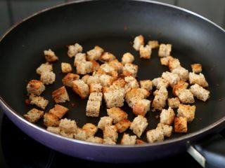 西红柿土豆浓汤,6.锅里倒少量的油,油热下面包小方丁,用中小火焙炒到焦黄,盛出待用。