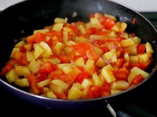 西红柿土豆浓汤,7.西红柿、土豆和洋葱下锅,炒到洋葱出香味,西红柿出红汁,土豆变软。