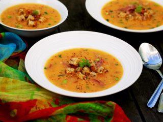 西红柿土豆浓汤,13.盛到碗里,或西餐汤盘中,上面撒上刚才焙炒的面包小丁,再撒些黑胡椒碎。 请尽情享用吧。