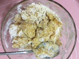 红薯芝麻球,加入糯米粉拌匀,30g刚好,干了就加水,湿了就加粉哦