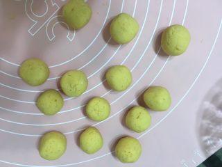 红薯芝麻球,切小段揉成球