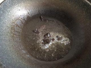 凉拌杂菜,锅底留油,加入一勺甜面酱翻炒