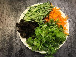 凉拌杂菜,香菜切小段,胡萝卜和黄瓜切丝,黑木耳切丝