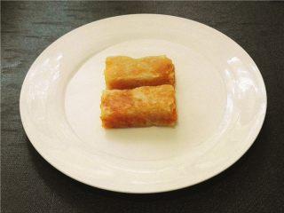 卷起来的美味-芒果酥皮,将芒果酥皮段放入盘中。